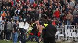 Публиката на ЦСКА нахлу на терена в Мездра, прекратиха мача