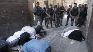 Мюсюлманите се молят извън свещения храм в Йерусалим въпреки отстъпките на Израел