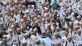 Десетки хиляди мюсюлмани протестираха срещу губернатор в Индонезия