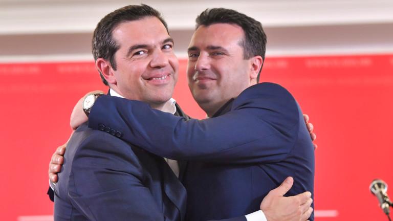 Зоран Заев и Алексис Ципрас с наградата за мир на Вестфалия