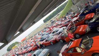 """Автомобили Ферари поставиха рекорд на пистата """"Силвърстоун"""""""