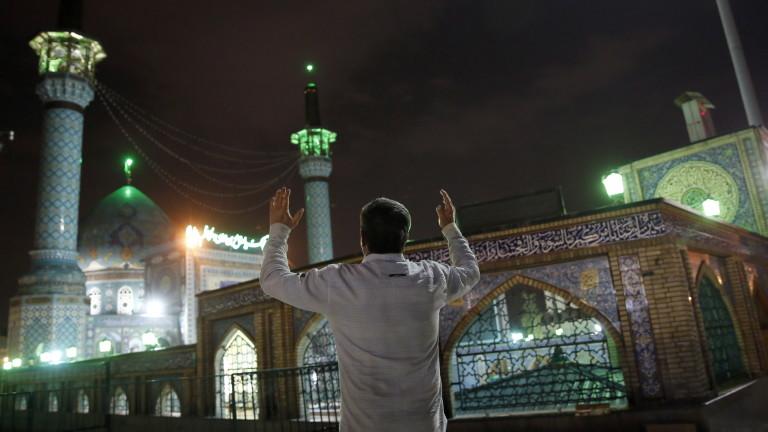 Загинал и ранени при експлозия в Иран