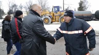 Борисов лично следи изтеглянето на най-опасната цистерна от Хитрино