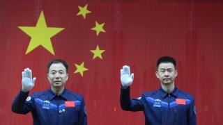 Китай изстреля кораб с двама космонавти в орбита