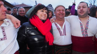 Нинова прегръща мъжете от хорото в Калофер: Преживяването е неповторимо