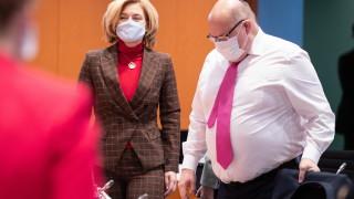 Мерките срещу COVID-19 не са достатъчни, предупреди германски министър