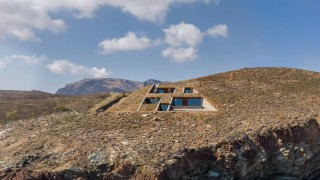 Невероятната къща в скалите на Цикладите