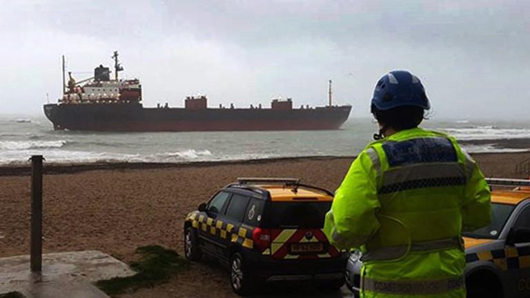 Британските власти задържаха заради дълговена корабособственика руския товарен кораб