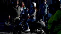 Доброволци следят за социалната дистанция в Италия