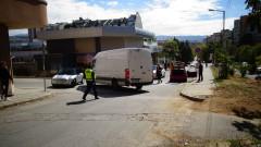 Бус на заден ход удари кола и рани двама души в Благоевград