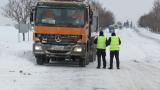 С роторни снегорини и верижни машини военни разчистват преспите