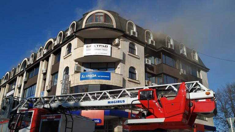 Пожар горя в центъра на Русе, съобщава БГНЕС. Инцидентът е