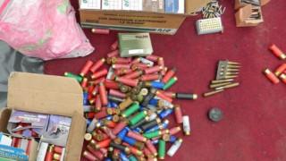 61-годишен болен мъж държи пушки, гранати и патрони на село