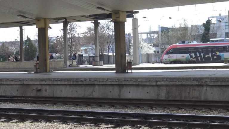 Задържаха 25 мигранти на гарата в Пловдив