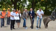 Министър Кралев, Иван Портних и Стоян Пасев направиха първа копка на детска площадка и игрище