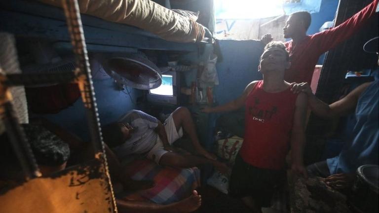 Затворници в Бразилия при бунт взеха надзиратели за заложници