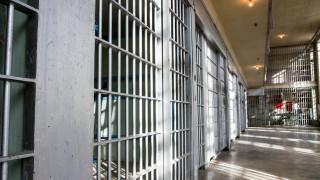 Служител на затвор ще бъде съден за кражба