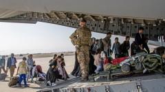 Хиляди чакат евакуация на летището в Кабул, има риск от терористични атаки