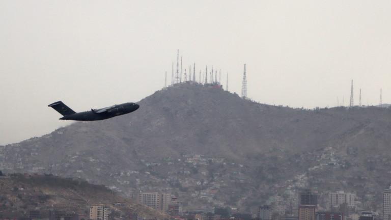Стотици граждани на Великобритания са останали в Афганистан