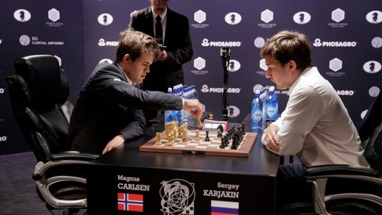 Шампионът норвежецът Магнус Карлсен завърши наравно четвъртата си партия от