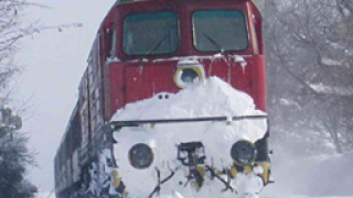 Влак затъна в преспите на Силистренско