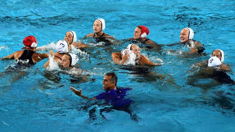Традицията повелява: Адам Крикориан във водата!