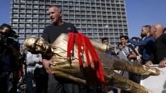 Властите събориха златна подигравателна статуя на Нетаняху в Израел