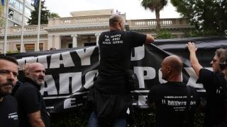 Гръцките телевизионери демонстрираха пред парламента