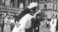 """Почина Джордж Мендонса - морякът от снимката """"Целувка на """"Таймс скуеър"""""""