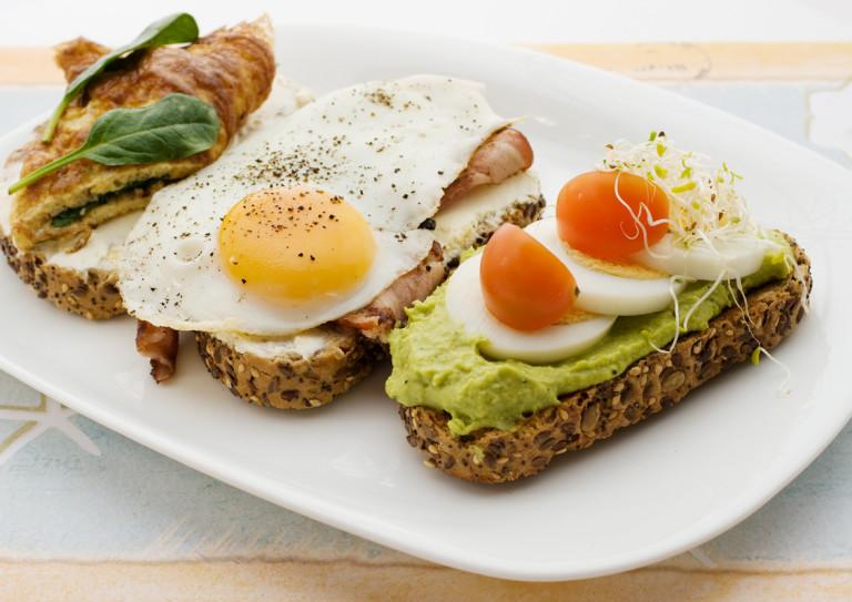 Тостове с пълнозърнест хляб, авокадо, яйце и бекон
