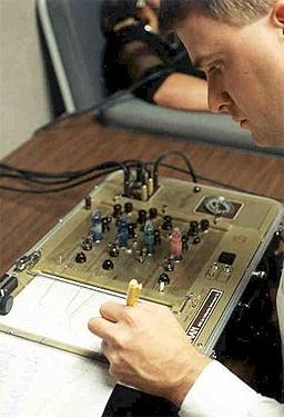 Работодателите все по-често тестват служителите си на детектор на лъжата