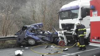 Катастрофа между трактор, камион и автомобил взе жертва