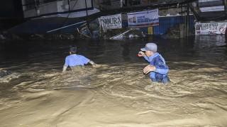 Най-малко 16 души загинаха при наводнения в Индонезия
