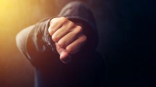 50-годишен рецидивист и 18 годишния му син пребиха охранител на супермаркет