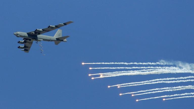 В-52 тренирa бомбардировки в Литва, на 60 км от границата с Русия