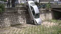 Кола се прекатури в коритото на Хасковската река