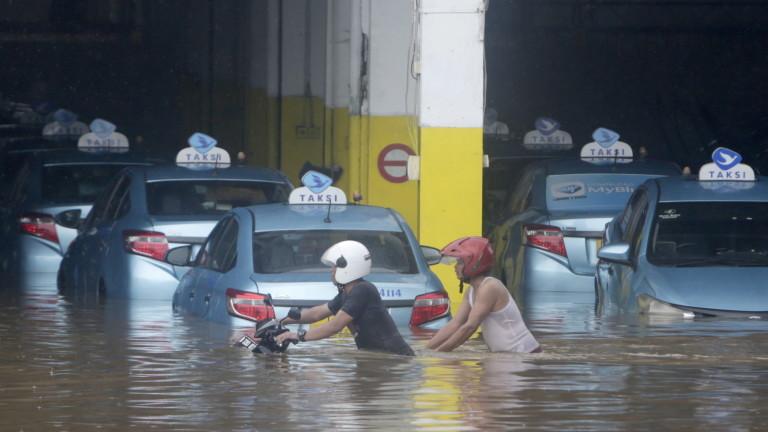 21 души загинаха при проливни дъждове и наводнения в Джакарта