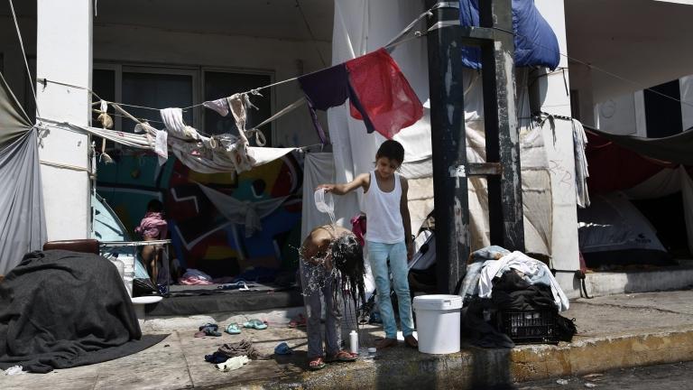 """Започват трайно заселване на бежанци в """"загиващи"""" общини, Брюксел финансира"""