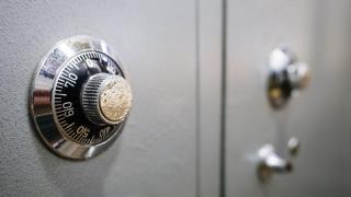 Дават на съд двама непълнолетни, задигнали сейф с пари от столичен ресторант