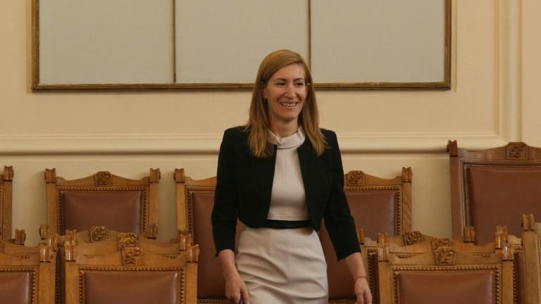 Ангелкова атакува: панаирите на Симеонов пречат на туризма