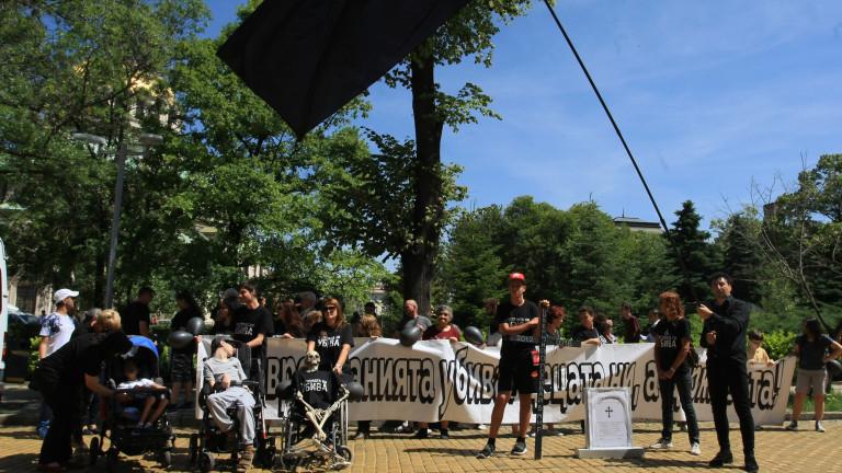 Майки на деца с увреждания продължават протестите, оставка не са искали