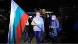 Група протестиращи посреща Нова година на площада