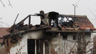 Мъж пострада при тежък пожар в дома си в Русе