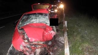 Една жертва при челен сблъсък между кола и автобус