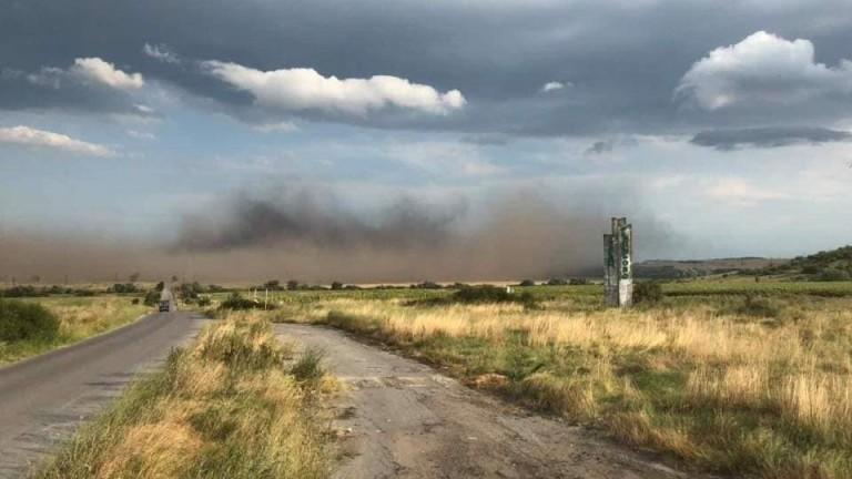Прашна буря оцвети въздуха в Гълъбово. За десетина минути градът