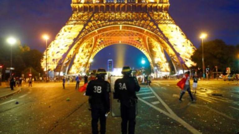 Френската полиция е задържала мъж, въоръжен с нож, който се