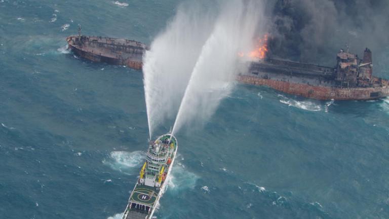 Спасители успяха да извадят тела на моряци от горящия танкер край Китай