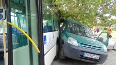 Градски автобус и кола се сблъскаха край Бистрица