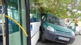 Автобус помете пет коли на червен светофар в София