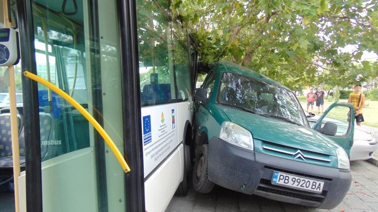 Автобус на градския транспорт и лек автомобил се сблъскаха в
